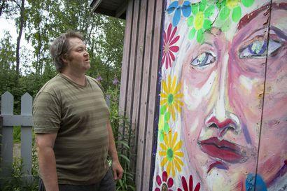 Liminkalainen kuvataiteilija Toni Iskulehto kunnosti paikallisen pubin vieressä olevan teoksen uuteen uskoon