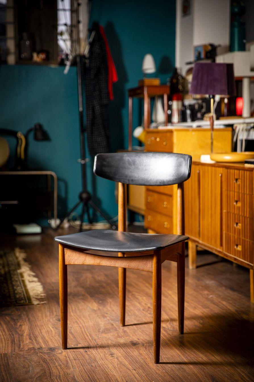 Tanskalaisen arkkitehdin ja teollisen muotoilijan Finn Juhlin suunnittelema tuoli 1950-luvulta.