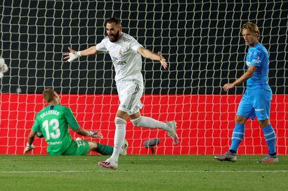 Benzema ja Asensio kaatoivat maaleillaan Valencian - Real Madrid nousi 3-0-kotivoitolla Barcelonan tuntumaan Espanjan liigassa