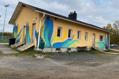 Tulkinnoille jää mukavasti tilaa – Muraali komistaa Karihaaran kentän huoltorakennusta