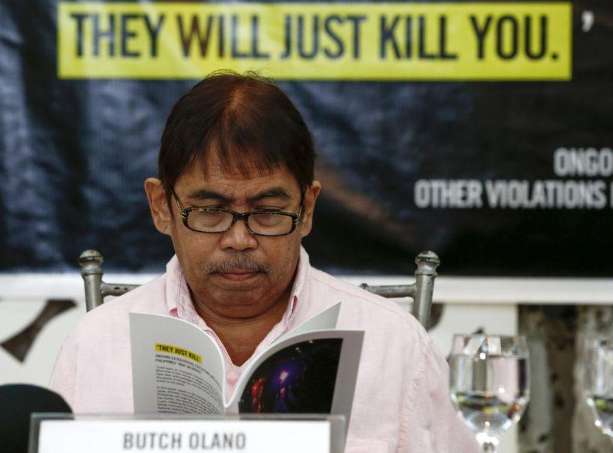Amnesty Internationalin Filippiinien osastojohtaja Jose Noel Olano lukee Amnestyn tekemää raporttia Filippiinien hallituksen rikoksista valtion pääkaupungissa Manilassa.