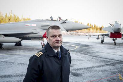 Suomalaiset koelentäjät pääsevät useimpien hävittäjien ohjaimiin taivaalla Pirkkalan testeissä – Lentoon nousi perjantaina kaksi Hornetia perässään kaksi testattavaa Eurofighteria
