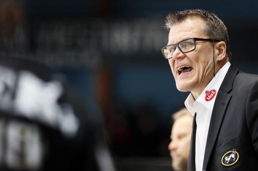 Kai Suikkanen (kuvassa) ei kehu ketään turhaan, mutta Mika Pyörälän työmoraali teki pitkän linjan jääkiekkopersoonaan vaikutuksen kaudella 2017–2018.