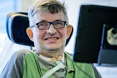 """ALS tuhoaa vähitellen Kaarlo Kärkkäisen liikehermot, mutta hän on päättänyt jatkaa elämistä: """"Onnellisuus ei ole toimivissa jaloissa"""""""