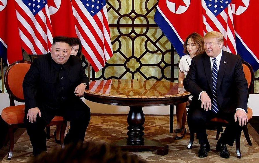 Historiallista? Kim Jong-un vastasi Hanoissa ulkomaalaisen toimittajan kysymykseen. Donaldin Trumpin esikunta puolestaan rajoitti toimittajien mahdollisuuksia seurata vierailua. Se on tuttua.