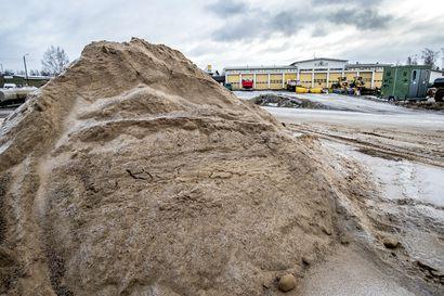 Raahekin ryhtyi jakamaan ilmaista hiekoitushiekkaa, Siikajoella hiekkaa jaettu jo viikon ajan