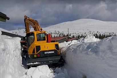 Pallastunturilla kaivetaan lunta luontokeskuksen ympäriltä – katso video toukokuun hurjista kinoksista