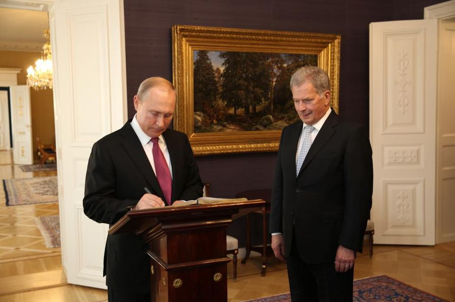 Putin allekirjoitti vieraskirjan vierailunsa kunniaksi.