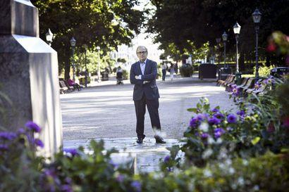 """70 vuotta täyttävä Erkki Liikanen korostaa lukemisen merkitystä: """"Lukeminen muun muassa kehittää keskittymiskykyä ja tuo yleissivistystä"""""""