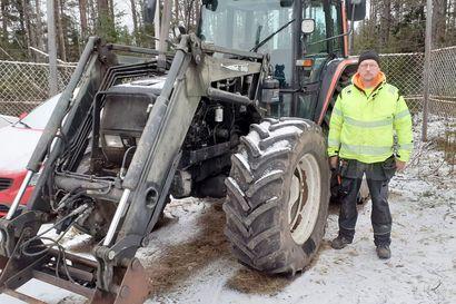 """""""Huolettaa, mitä seuraavaksi tapahtuu, kun valvontakamerakaan ei  tekijöitä pidättele"""" – Auvo Määtältä on rikottu traktoreita ja anastettu tavaraa ja aitaa: viimeksi asialla oli kaksi huppupäistä henkilöä"""