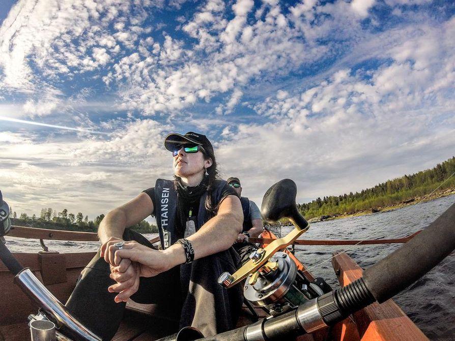Riitta Ahmasalo viihtyy kalassa Inarin lisäksi Tornion Matkakoskella.