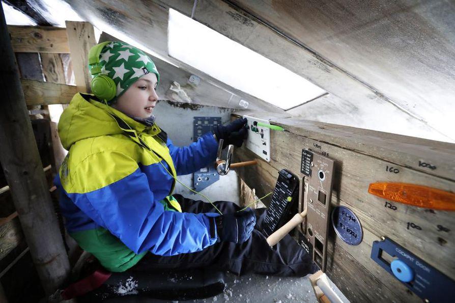 Hollantilainen Boris  Hubregtse on muuttanut perheineen Suomeen. Lentokoneen ohjaamon hän on rakentanut kotipihalle Jäälissä.