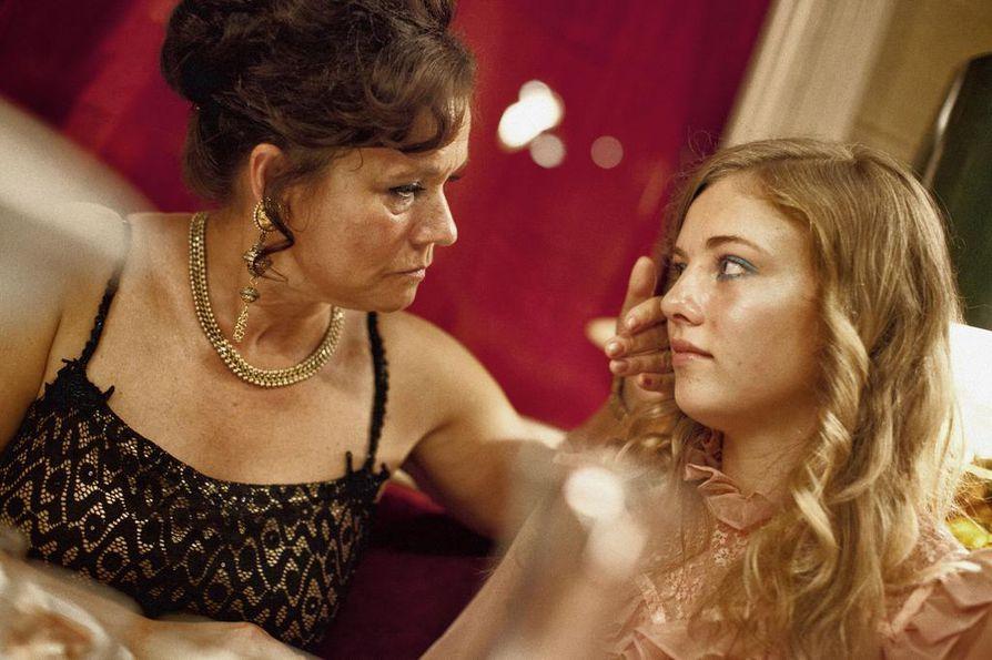 Parittaja Dagmar Glansin puistattavan roolin näyttelee Pernilla August. Rinkiin päätyy nuori Iris (Sofia Karemyr) ruotsalaiselokuvassa Call Girl.