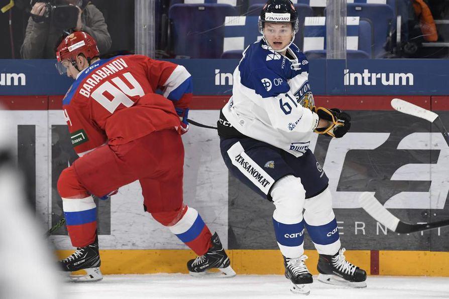 Venäjän olympiakultaa viime kisoissa voittanut Alexander Barabanov ja maajoukkuedebytantti Teemu Kivihalme kohtasivat torstaina EHT-ottelussa.
