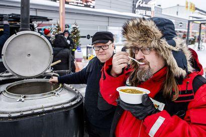 Lämpimänä höyryävä soppatykki kerää huonollakin ilmalla satoja rovaniemeläisiä syömään yhdessä