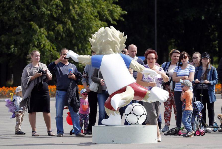 Jalkapallon MM-turnaus ei näy vielä merkittävällä tavalla Pietarin katukuvassa.