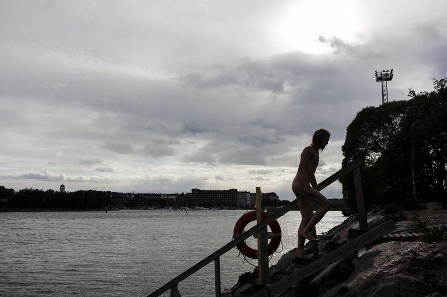 Sompasauna seisoo nykyään asiallisesti vuokratulla tontilla ja sitä ylläpitää tiivis ydinjoukko. Kuvassa aktiivikävijä Tuomas Lilleberg.