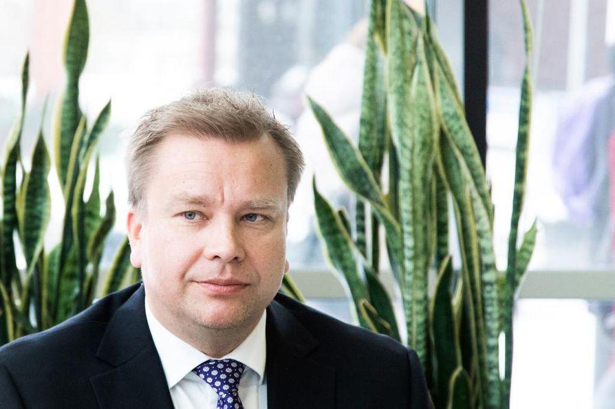 Lähiviikkoina nimitetään parlamentaarinen komitea, joka alkaa pohtia asevelvollisuuden kehittämistä. Puolustusministeri Antti Kaikkonen (kesk.) sanoo, että naisten laajempi osallistuminen maanpuolustukseen käsitellään komiteassa.