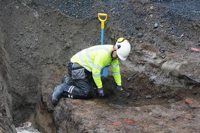Arkeologiset kaivaukset jatkuvat Tornion Keskikadulla –1700-luvun viemäri kaivetaan esiin koko matkalta, kadun saneeraustyöt viivästyvät muutaman viikon