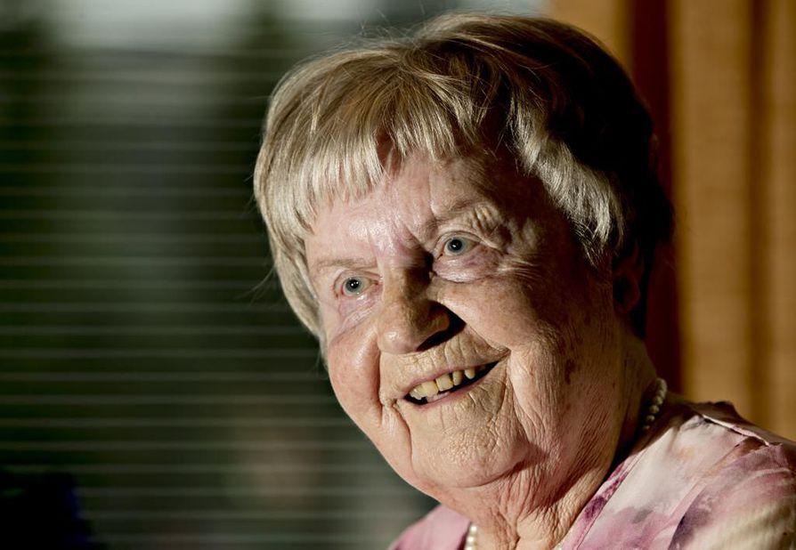 Maria Palmu työskenteli junanlähettäjänä Inhan rautatieasemalla aikana, jolloin lennätin, veivipuhelin ja vihreällä tai punaisella valolla varustettu lyhty olivat yhteydenpitovälineet toisille asemille, vaihteeseen ja junaan.