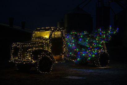 Pyhäjokiset innostuivat joulutunnelman luomisesta: Kuorma-auto,  traktori, karhuja ja tonttuja