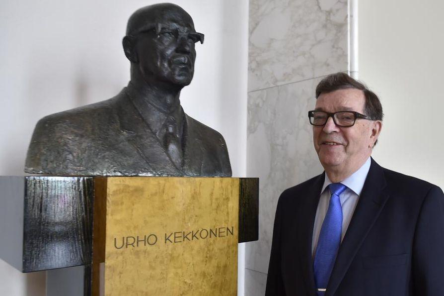Eduskuntaan palannut Paavo Väyrynen asettui kuvattavaksi presidentti Urho Kekkosen patsaan vierelle.