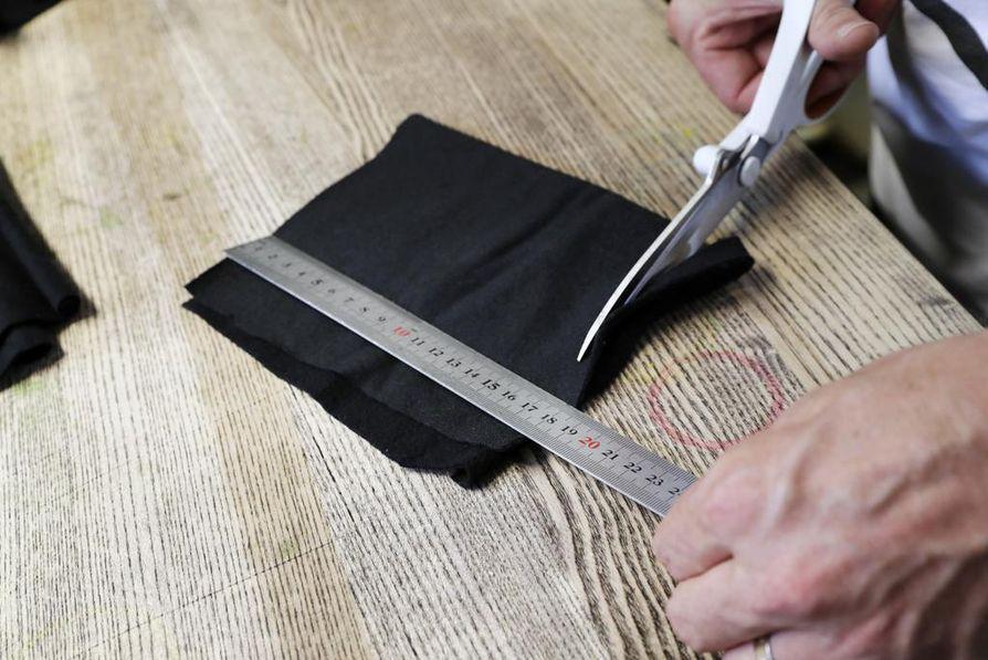 Ompelukone ja sakset käyvät, kun Kooman vaatteet syntyvät Antti Putkosen  käsissä.