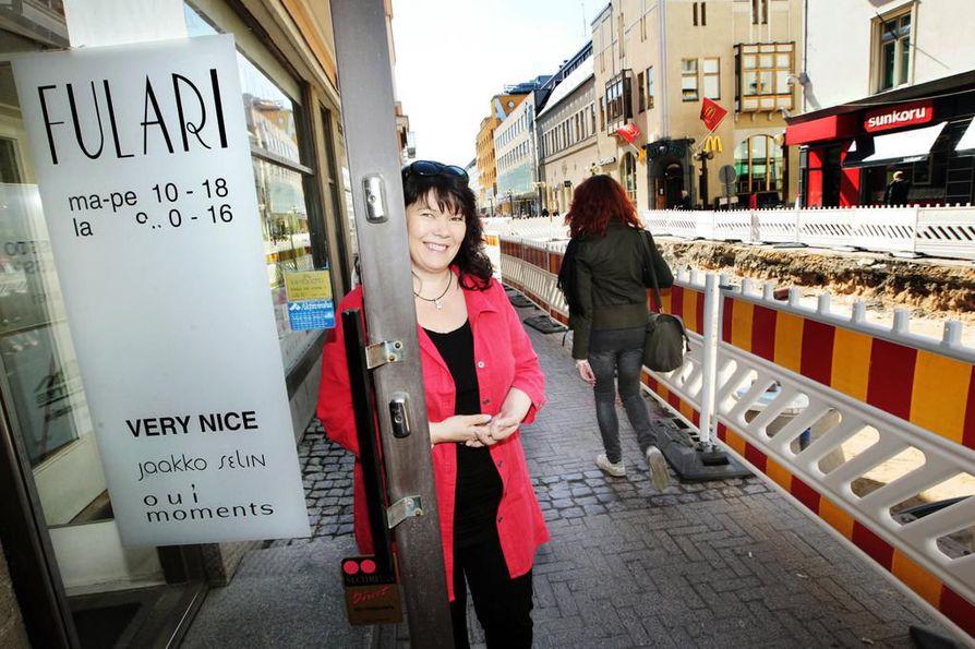 Marjo Huttu on toiminut Fulari-naistenvaateliikkeen yrittäjänä Rotuaarilla jo 26 vuotta. Kuvassa Marjo Huttu liikkeensä edustalla vuonna 2011.