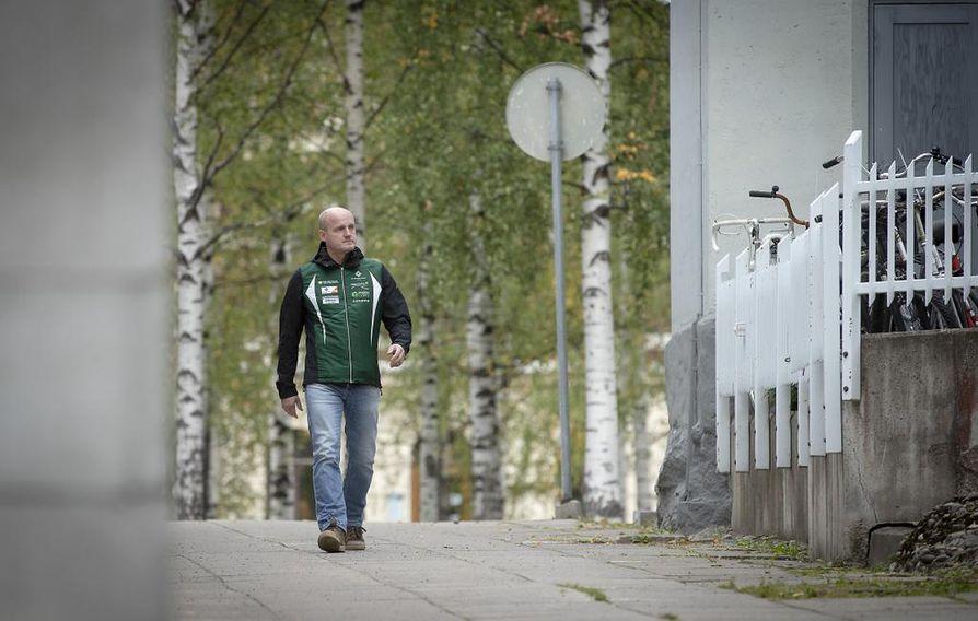 Kilpailunjohtaja Vesa Halonen mittailee Oulun Franzeninpolkua, joka voi olla yksi mahdollinen kulkuväylä sunnuntain SM-sprinttisuunnistajille.