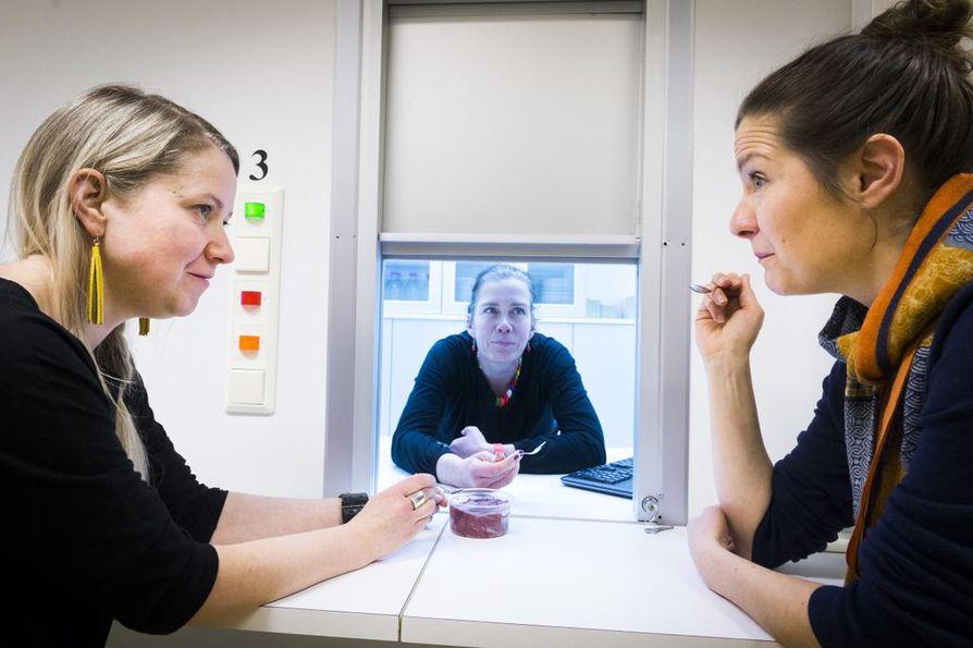 Tutkimuskoordinaattori Saara Lundén (vas), apulaisprofessori Mari Sandell ja tutkimuskoordinaattori Laura Forsman aistilaboratoriossa, jossa tehdään erilaisia makutestejä. Lundén ja Forsman makustelevat kukkakaalijäätelöä.