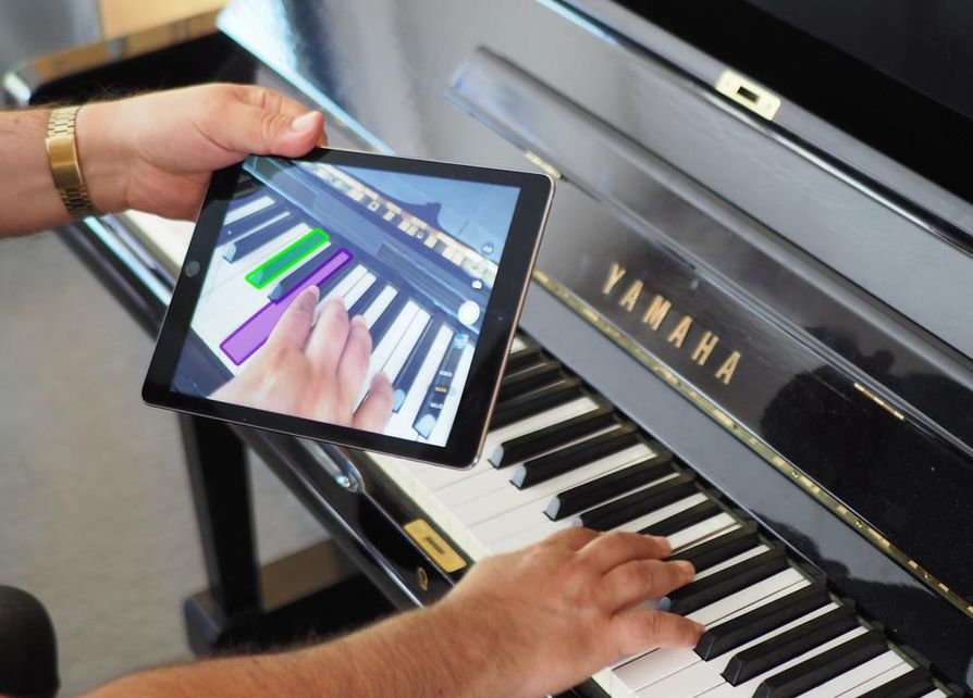 Pädi tulee pianonsoittajan avuksi, kun kameraa vilauttaa nuottivihkon ja koskettimiston päällä. Kuvaamalla nuotteja voidaan tuoda mukaan uusia elementtejä: ruudulle voisi ilmestyä tietoja säveltäjästä tai kenties jonkin bändin musiikkivideo kyseisestä kappaleesta.