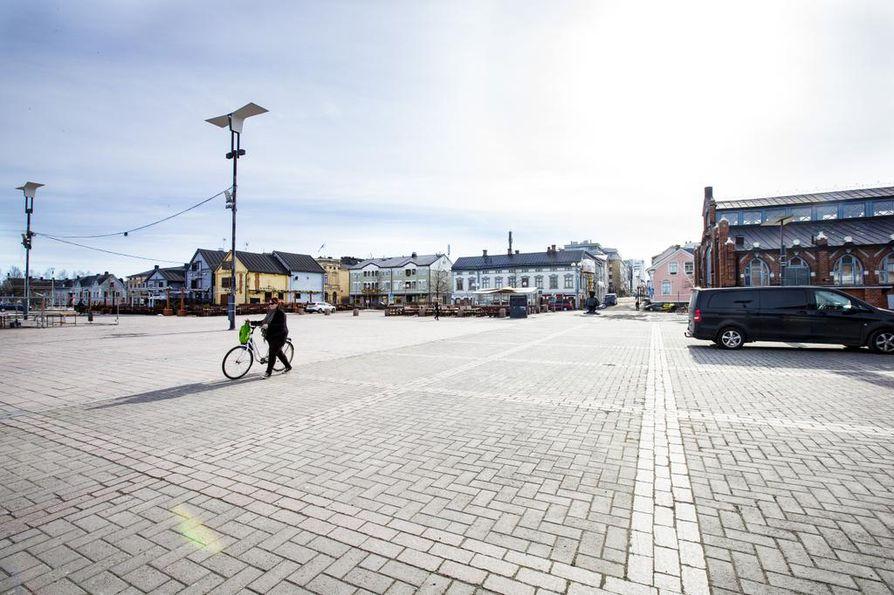Oulun kauppatorilla vasta valmistaudutaan kesäsesonkiin.