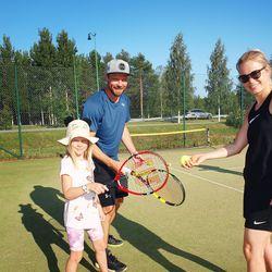 Kemijärven kunnostetuille tenniskentille houkutellaan uusia harrastajia – Pöyliöille tennis on koko perheen laji