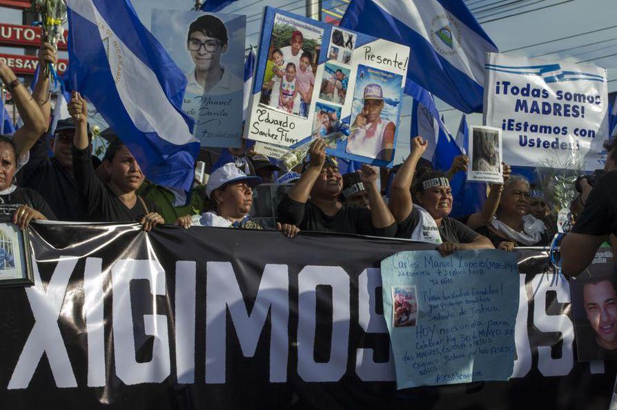 Mielenosoittajat vaativat Daniel Ortegan eroa ja oikeutta protesteissa kuolleille. Monet kuolleista ovat nuoria opiskelijoita.