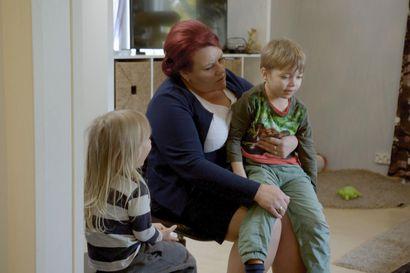 Suomen supernanny Pia Penttala: Lasten aggressiivisuus ja levottomuus johtuvat usein vuorovaikutuksen puutteesta – monessa perheessä älylaitteet ovat ongelma