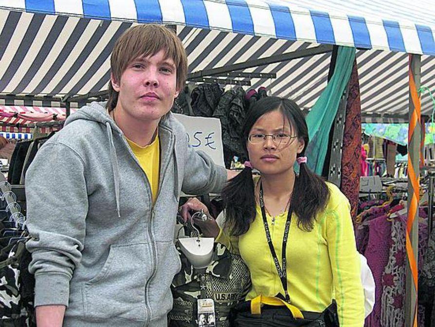 Ilkka Tuomaala ja hänen työkaverinsa Lin Yan Nei odottavat lämpimiä kesäpäiviä, mitkä mahdollistavat hyvän torimyynnin.