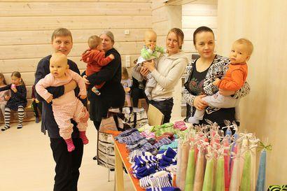 Pudasjärvi profiloitumassa lapsipitäjäksi – vauvasukat jakoon 60:lle tänä vuonna syntyneelle