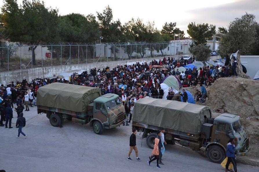 Ihmiset odottivat marraskuun alussa Lesboksen saarella Morian leirin edustalla siirtoa mantereen siirtolaisleireille.