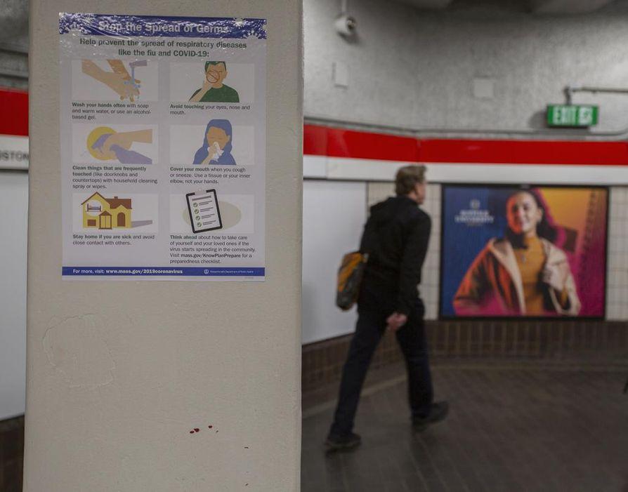 Rautatieaseman seinälle on ripustettu ohjeita koronaviruksen torjumiseksi Cambridgen kaupungissa Massachusettsin osavaltiossa Yhdysvalloissa. Tiistaina iltapäivällä viruksen aiheuttamaan sairauteen oli osavaltiossa kuollut yhdeksän henkeä.