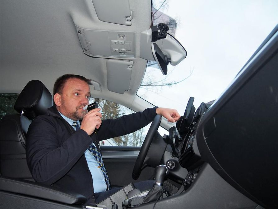 Koulutakseissa alkolukko on pakollinen lisävaruste. Taksinkuljettaja Janne Lehtinen näytti mallia puhalluksesta toissa syksynä.