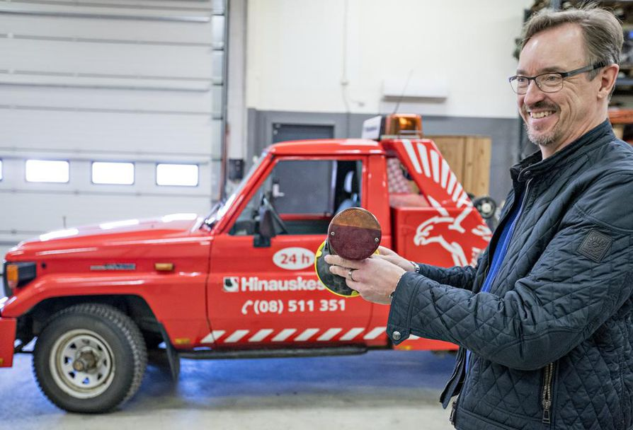 Oulun Hinausautokeskuksen yrittäjä Jukka Tervahauta esittelee langattomia radio-ohjattuja valoja, jotka voidaan kiinnittää hinattavan ajoneuvon perään. Hänen takanaan näkyvällä Land Roverilla voidaan hinata autoja ahtaistakin paikoista kuten parkkitaloista.