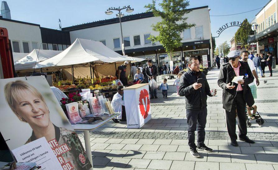 Professori Kimmo Grönlundin mukaan on selvää, että neljän puolueen hallituksessa Stefan Löfven olisi pääministeri. Kuva on vaalienalustunnelmista Tukholmasta.