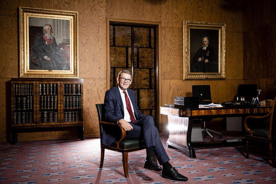 Puhemies Matti Vanhasesta huokuu seesteisyyttä, vaikka viime kuukaudet ovat olleet kaikkea muuta kuin helppoja.