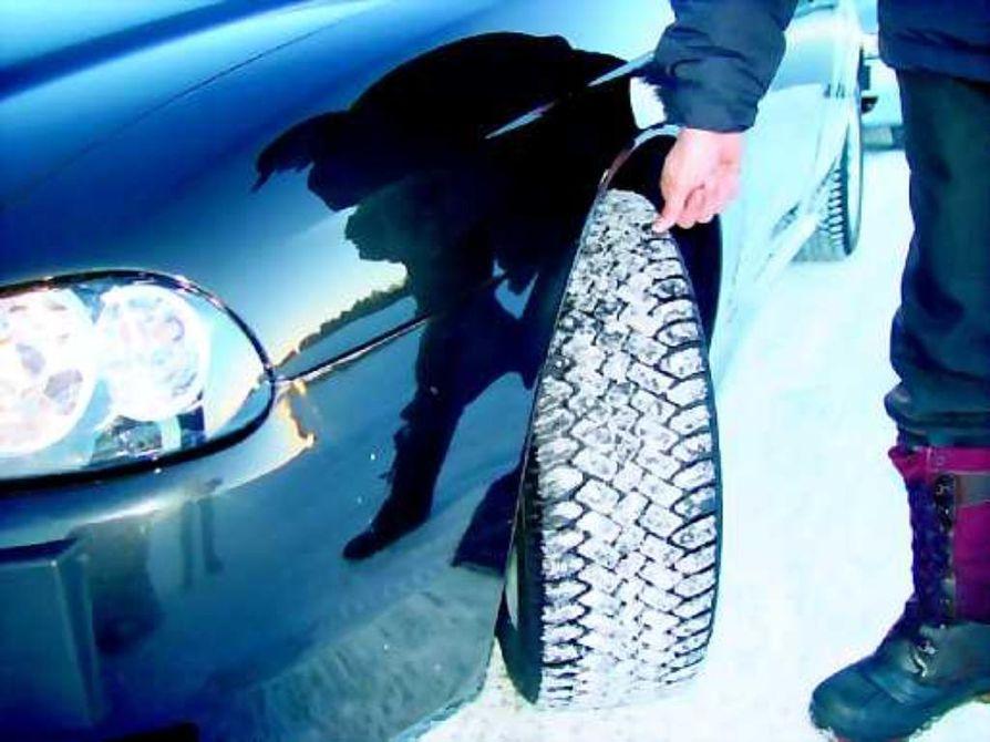 Lumi-lumi -pitoa. Talvirenkaan pitoa lumessa voi markkinointipäällikkö Eero Toivosen mukaan arvioida myös sen perusteella, miten lumi täyttää renkaan kuvioinnin.
