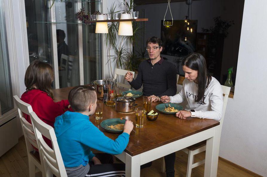 On kello viiden päivällisen aika. Syömässä ovat Peter ja Rea Stricker sekä lapset Minka ja Leo.