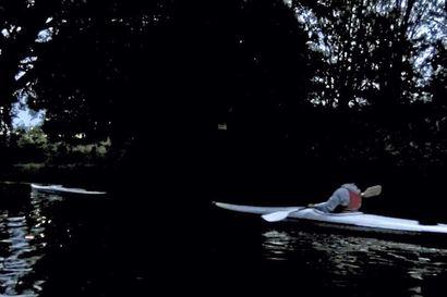 Katso video Kuutamomelonnasta! Kanootin kulkuvalot olisi öisellä joella kova juttu