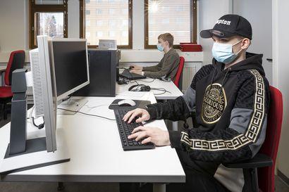 IT-tukihenkilö palvelee asiakkaita ja ratkaisee ongelmia – tietokoneet ovat kiehtoneet ammattiin opiskelevia Miikka Merenheimoa ja Artturi Tuulasvuota lapsuudesta asti