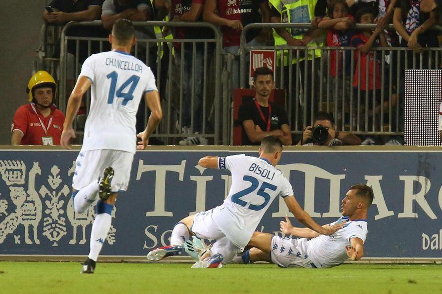 Brescian pelaajat tuulettamassa Alfredo Donnarumman maalia.