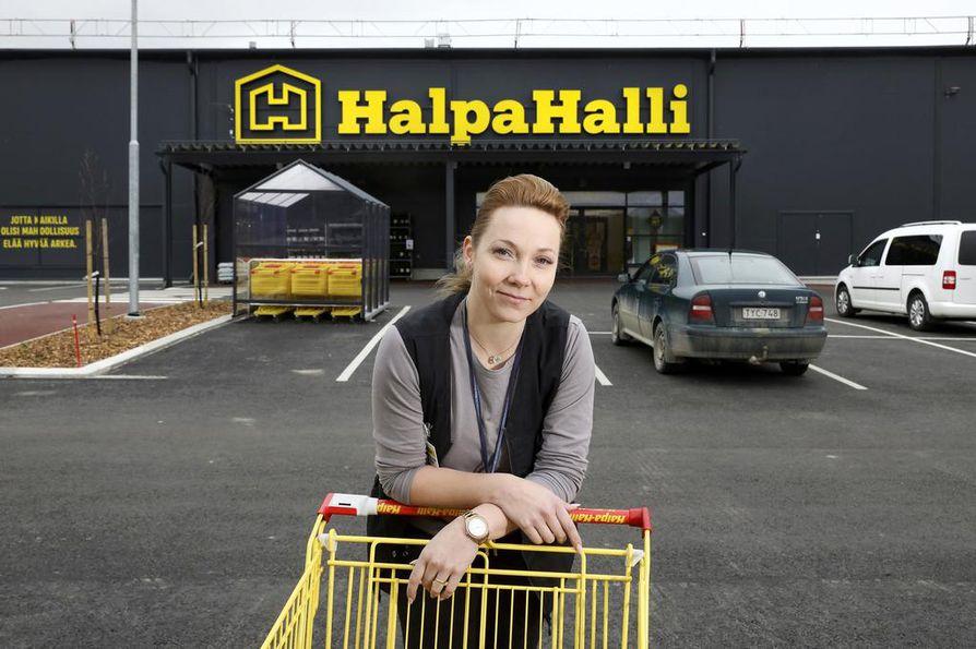 Kaupan ala on yksi uudesta Äänekosken biotuotetehtaasta hyötyneistä aloista. Äänekosken Halpa-Hallin myymäläpäällikkö Hanna-Leena Kingelin kertoo, että uusi myymälä on otettu hyvin vastaan. Liike sijaitsee uudella Kotakennään alueella, joka sijaitsee nelostien ja keskustan välissä.