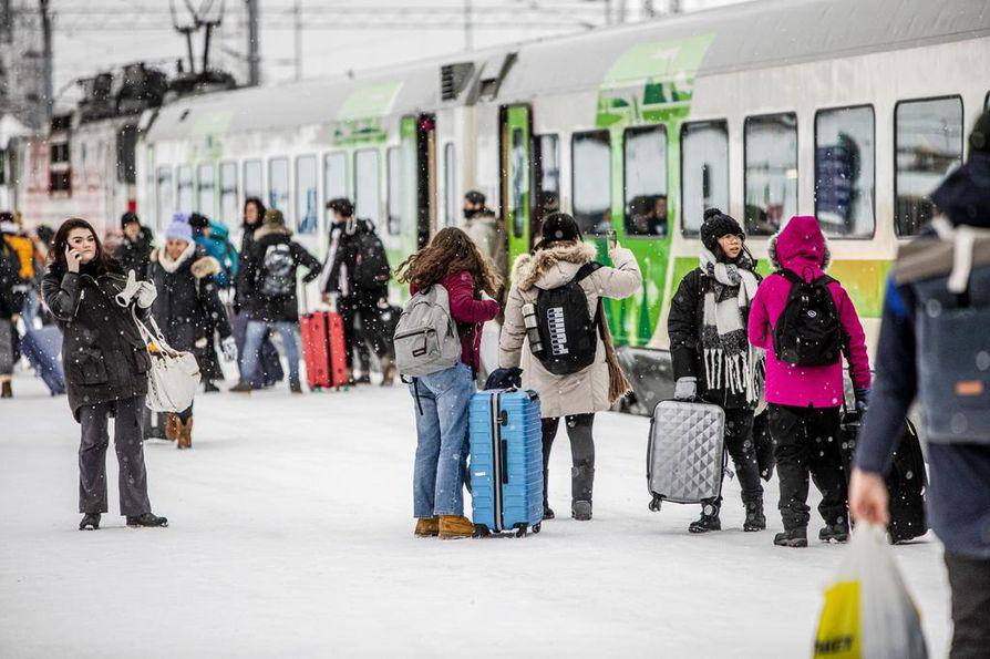 Aasiasta kotoisin olevia turisteja matkustaa myös junalla Rovaniemelle. VR:lla ei ole kuitenkin tietoa, kuinka paljon junamatkustajista on ulkomaalaisia.